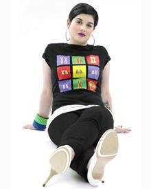 Kelly im Pop-Art-Shirt mit Chromosomen-Print des britsichen Nachwuchsdesigners Iain Walker
