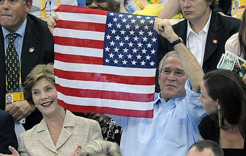 Präsident Bush schwenkt die US-Flagge verkehrt herum