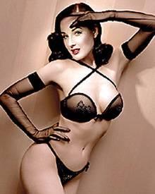Dita von Teese sexy und sinnlich bei einer ihrer berühmten Bühnenshows