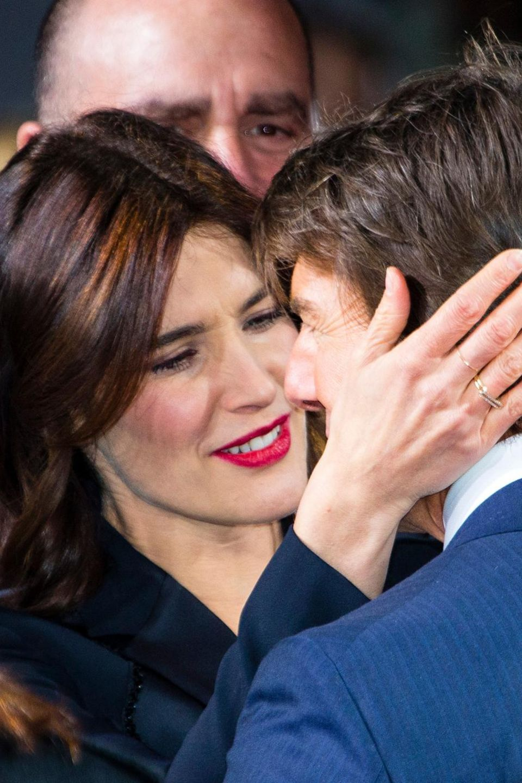 """Nur gute Kollegen? Cobie Smulders und Tom Cruise zeigen sich innig bei der """"Jack Reacher""""-Premiere in Berlin."""