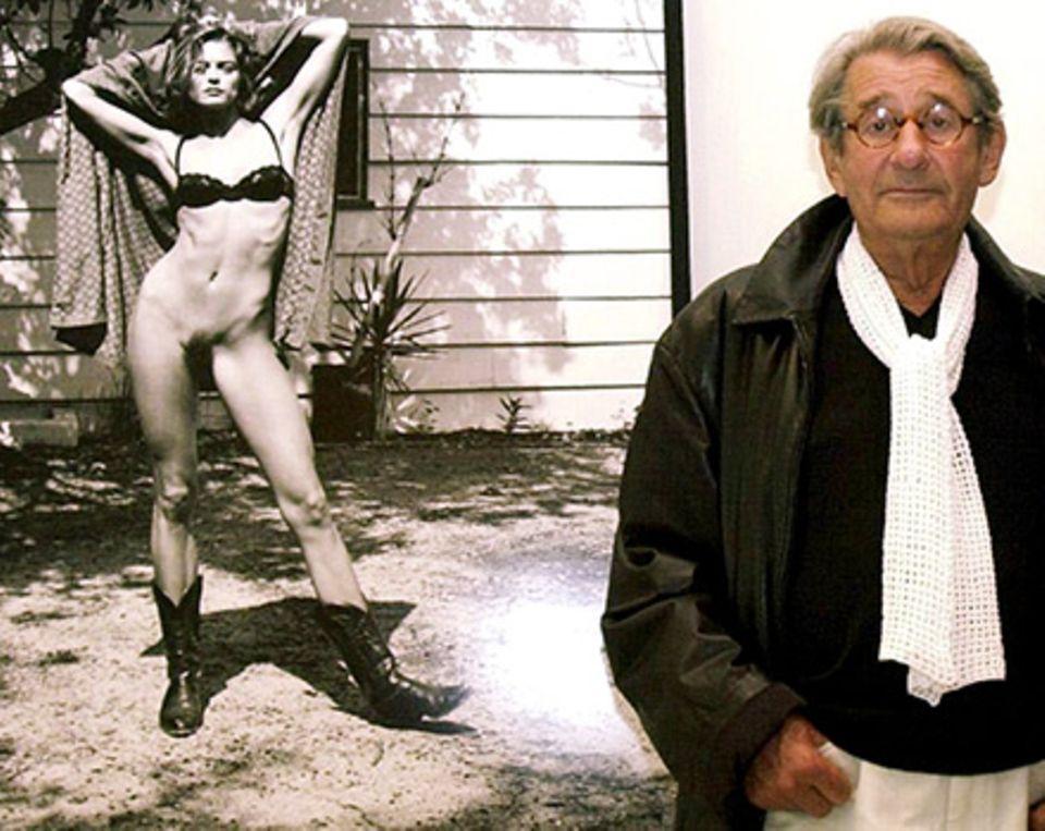 Helmut Newton vor einem seiner Fotos
