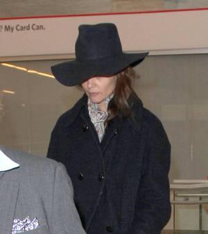 Katie Holmes am Flughafen in Los Angeles