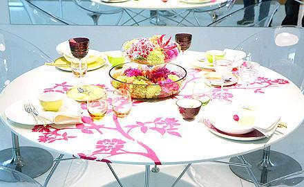 Ausstellung einer ausgefallenen Tisch- und Blumendekoration
