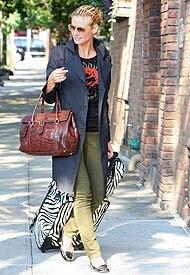 Heidi Klum reist mit trendigen Zebra-Accessoires