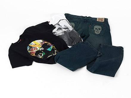 Hier ist die Jeans dann doch wieder in einer dezenteren Farbe gehalten - wieder unverzichtbar: die Totenkopf-Motive