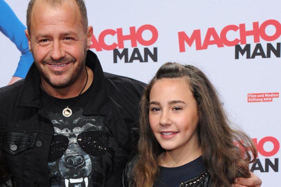 """Willi Herren und Tochter Alessia 2015 bei der Premiere des Films """"Macho Man"""" in Köln."""