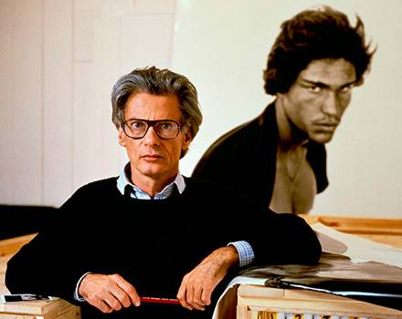 Richard Avedon vor einem seiner Portraits