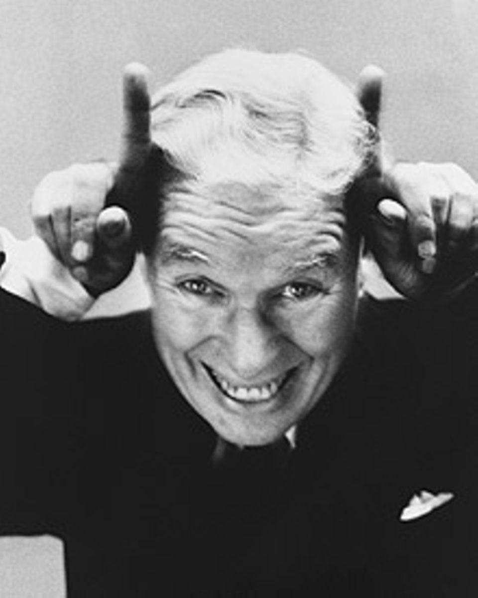 Charlie Chaplin selbstironisch über seine Verteufelung in den USA  - Portrait Richard Avedons von 1952