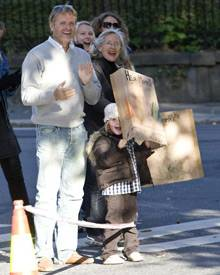 Die kleine Ingrid Alexandra feuert mit ihrem Onkel Espen Hoiby und ihrer Oma Marit Tjessem ihre Mama Mette-Marit an