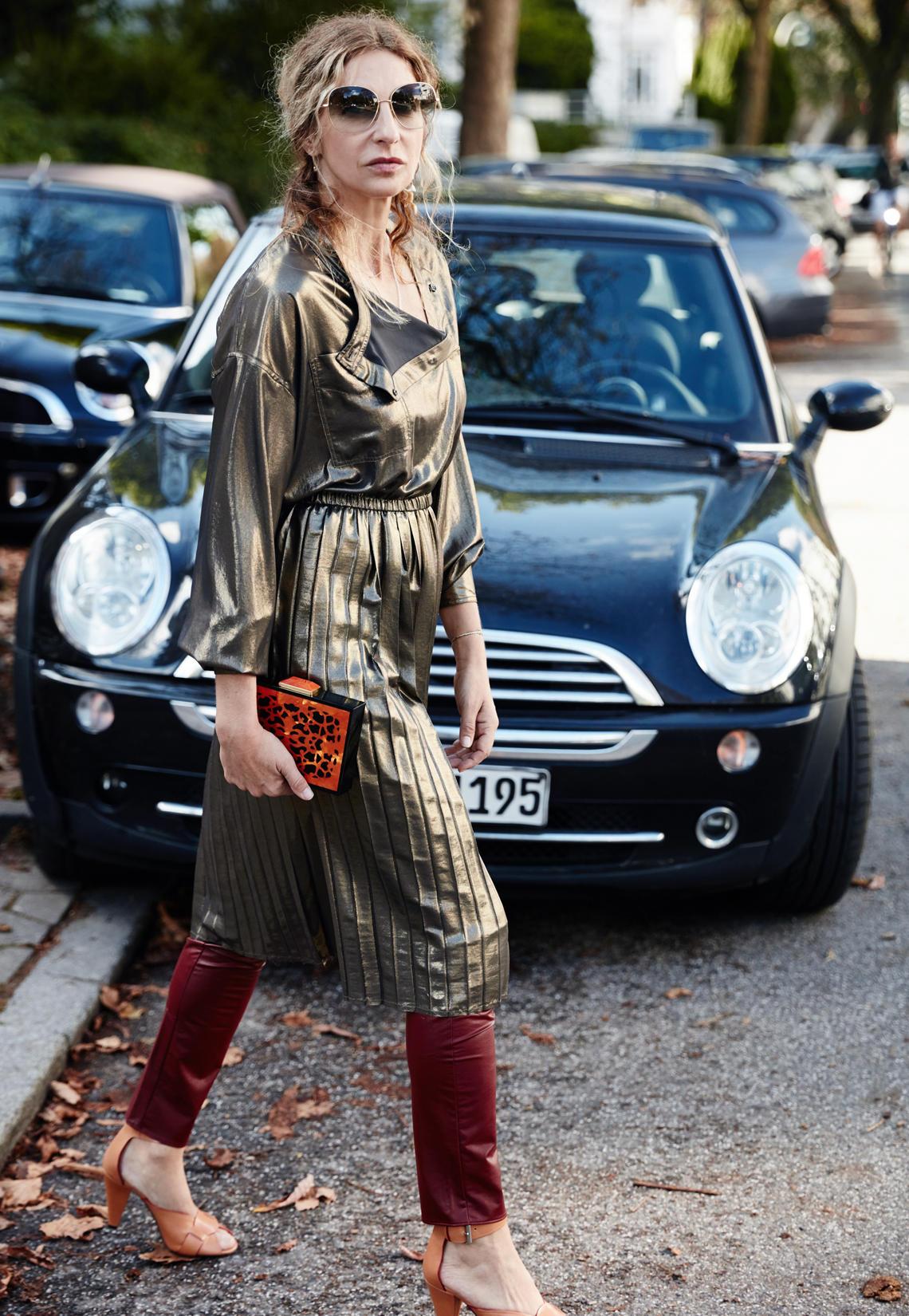 So Sue: Das Metallic-Kleid trägt Sue einfach über einer Hose. Sieht nicht nur cool aus, sondern hält auch warm.