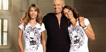 Ursula und Kim tragen das Charity-Shirt BAHULA in eierschale, das Model eine Jacke aus der aktuellen Kollektion