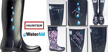"""Stars wie Kate Moss haben in Glastonbury für """"Hunter"""" Gummistiefel signiert - jetzt werden sie versteigert"""