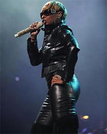 """Mary J. Blige fegte bei einem Konzert in Florida in einer """"Bryant Jacket"""" von Belstaff über die Bühne"""