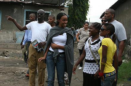 Gemeinsam mit Helfern sieht Kelly Rowland sich eine Einrichtung für Betroffene in Afrika an