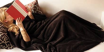 """Eingekuschelt ein spannendes Buch lesen: Dank """"Nuddle-Blanket"""" benötigt es dafür keiner Akrobatik"""