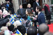Vor dem Rathaus in Säffle ist der Andrang groß und das Prinzenpaar nimmt sich, nachdem ihr Auftritt anders als geplant begonnen hat, viel Zeit zum Händeschütteln.