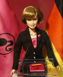Da werden Mädchenherzen höher schlagen: Angela Merkel zum Spielen