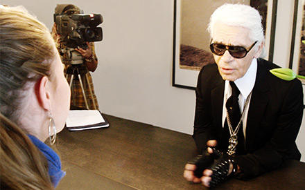 Gala.de-Redakteurin Rachel Brozowski im Gespräch mit Karl Lagerfeld