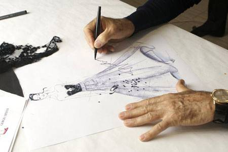 Giorgio Armani beim Entwerfen der Robe für die Feier