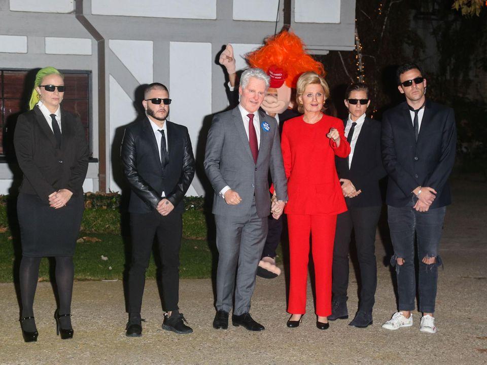 Orlando Blooms Donald-Trump-Troll schleicht sich ins Bild von Hillary und Bill Clinton mit dem Secret Service.