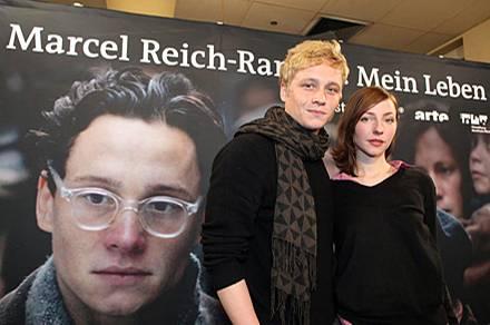"""Matthias Schweighöfer und seine Filmpartnerin Katharina Schüttler vor einem plakat des Films """"Marcel Reich-Ranicki. Mein Leben"""""""