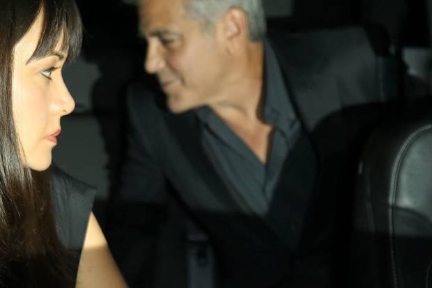 """George Clooney wird beim Verlassen des Restaurants """"Giorgio Baldi"""" von Paparazzi geknipst. Nicht auf dem Foto zu sehen: Auf dem Rücksitz neben ihm sitzt Ehefrau Amal Clooney."""
