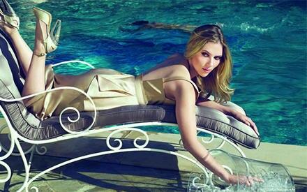 Für eine Champagner-Werbekampagne räkelt sich Scarlett Johansson wie eine Glamour-Diva aus Hollywoods Glanzzeiten