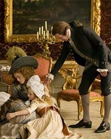 Die Herzogin (Keira Knightley) und der Herzog (Ralph Fiennes) mit ihren Kindern im Schloss
