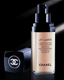"Erhellend: ""Lift Lumière Correcteur Yeux Lissant Jeunesse"" macht Augenschatten unsichtbar. Von Chanel, 15 ml, ca. 39 Euro"