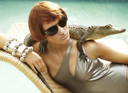 """""""See you later, aligator!"""" Maria geht mit einem Mini-Kroko auf Tuchfühlung"""