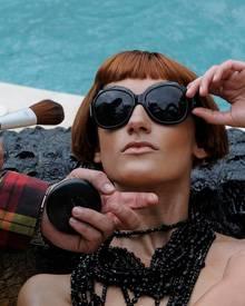 Wie ein Profi: Maria lässt sich für das Sonnenbrillenshooting in Szene setzen