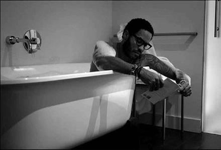 """Lenny Kravitz entspannt mit einem guten Buch in der Badewanne. <link adr=""""http://twitter.com/lennyKravitz"""">Hier gehts zu Lenny K"""