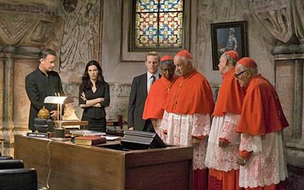 Robert Langdon und Vittoria Vetra beraten sich im Vatikan mit den Kardinälen