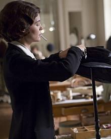 Coco Chanel alias Audrey Tautou lässig bei der Arbeit