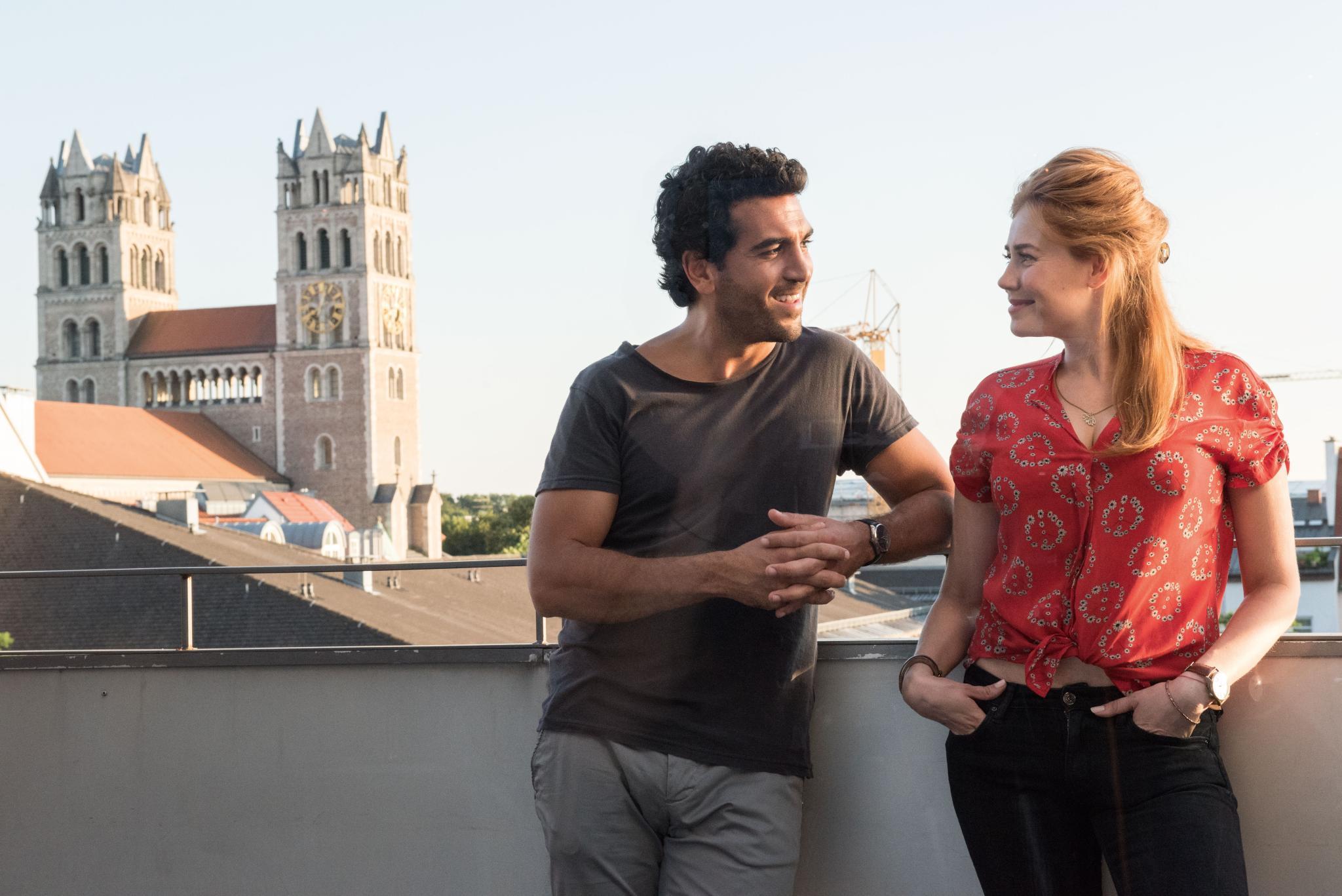 """Ein schönes Leinwand-Paar: In """"Willkommen bei den Hartmanns"""" verliebt sich Jungarzt Dr. Tarek Berger (Elyas M'Barek) in Sofie Hartmann (Palina Rojinski), die Tochter seines Chefs. Es wird wild geknutscht ..."""