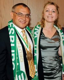Mit seiner Frau Nicola feiert Felix Magath den Sieg des Meistertitels seines Teams.