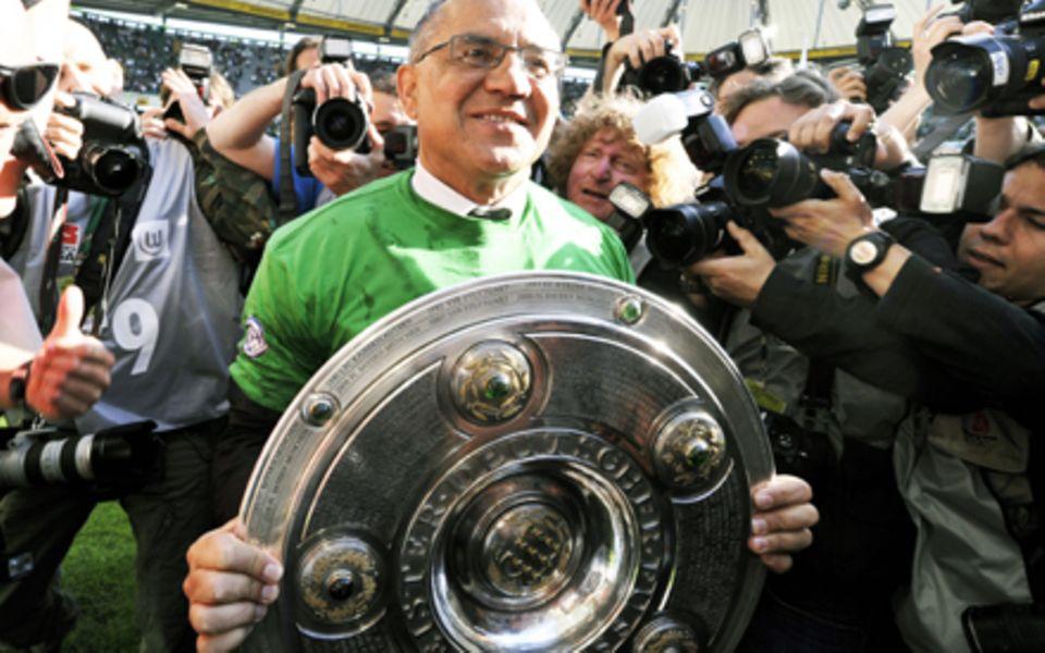 Der Fußball-Trainer Felix Magath hält stolz der Meisterschale des VfL Wolfsburg, der am 23.05.09 Deutscher Meister wurde.