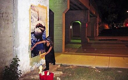 Jessica Alba macht sich an einer Bahnbrücke in Downtown Oklahoma City zu schaffen