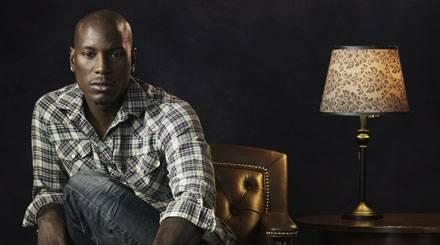 Tyrese Darnell Gibson versteckt neun Tattoos auf seinem Traumkörper.