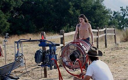 Der Sänger in action: Eine Windmaschine sorgt für die richtigen Effekte