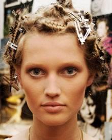 """Für echtes """"Big Hair"""" werden die einzelnen Strähen fest auf Gloria Klammern gedreht"""