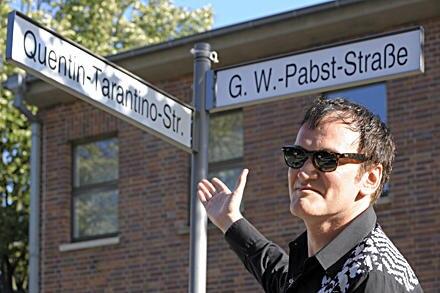 Stolz präsentiert Quentin Tarantion sein eigenes Straßenschild