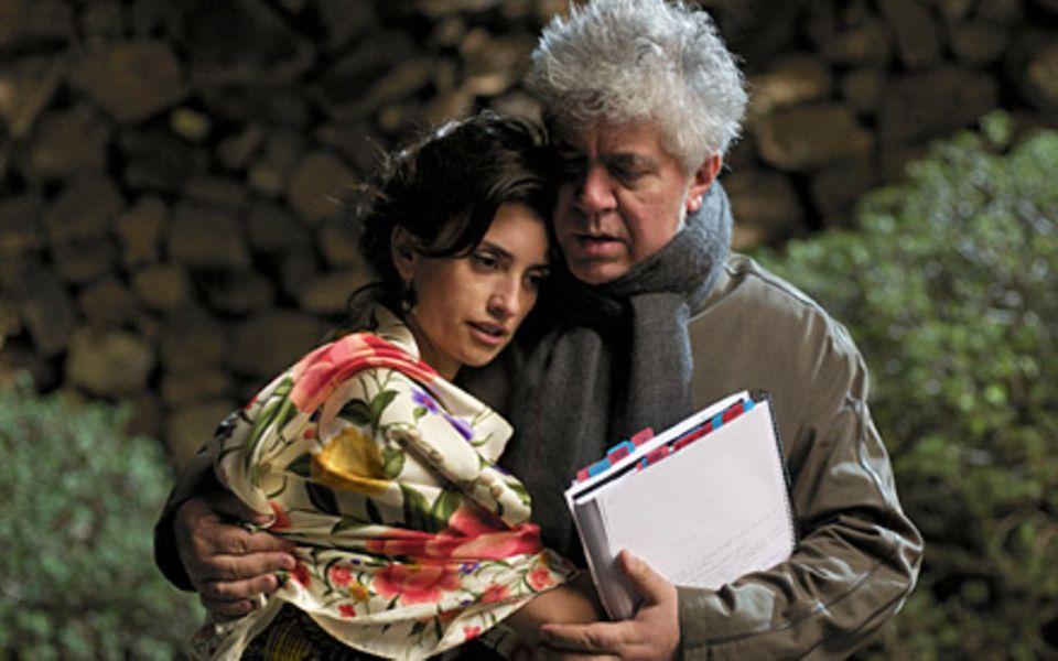 """Penélope Cruz mit ihrem Mentor, dem Regiewunder Pedro Almodóvar während der Dreharbeiten zu """"Zerrissene Umarmungen"""""""