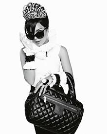 """Frühstück bei Lily? Partykrönchen, XXL-Sonnenbrille und die Tasche aus der """"Coco Cocoon""""-Kollektion von Chanel"""