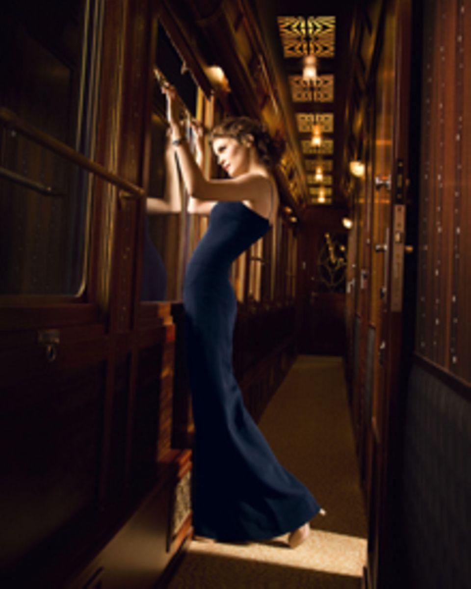 Das neue Motiv der Printkampagne: Audrey Tautou steht am Zugfenster des nostalgisch verzierten Orient-Express