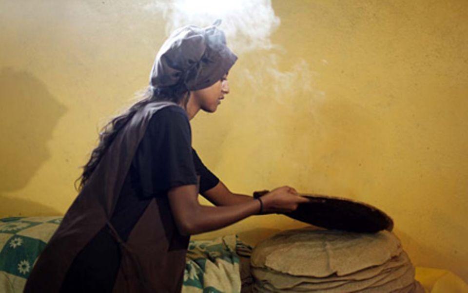 Beim Backen des landestypischen Fladenbrots Indschera hilft Sara Nuru gerne mit