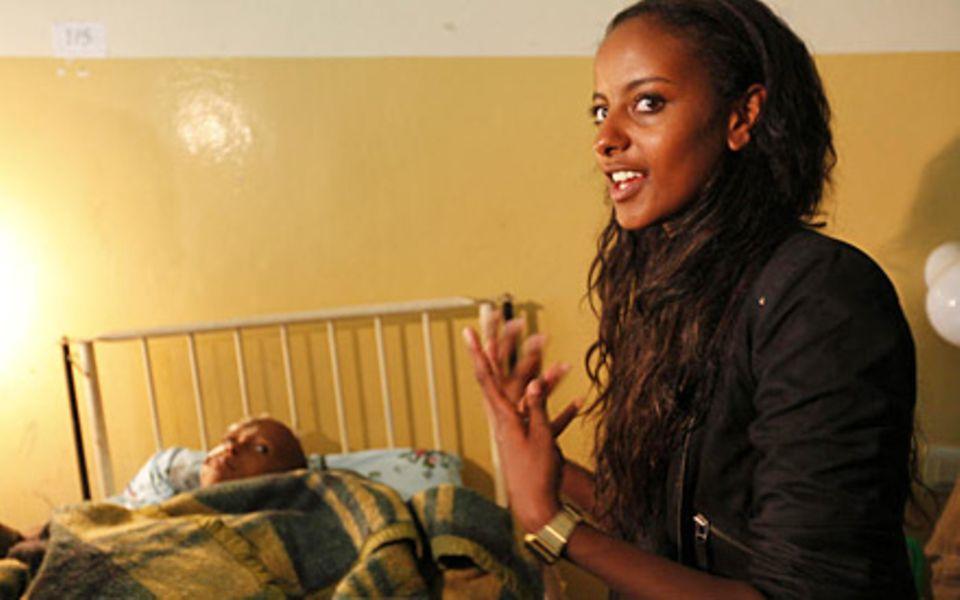 Beim Besuch der Kinderstation im Krankenhaus von Mettu wurde Sara Nuru von ihren Gefühlen überwältigt