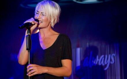 """Sarah hat für """"Always"""" eigens den Song """"Standing On Top Of The World"""" aufgenommen"""