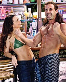 Lucy (Kristin Davis) flirtet an der Bar mit dem knackigen Yogalehrer Salvadore (Carlos Ponce)