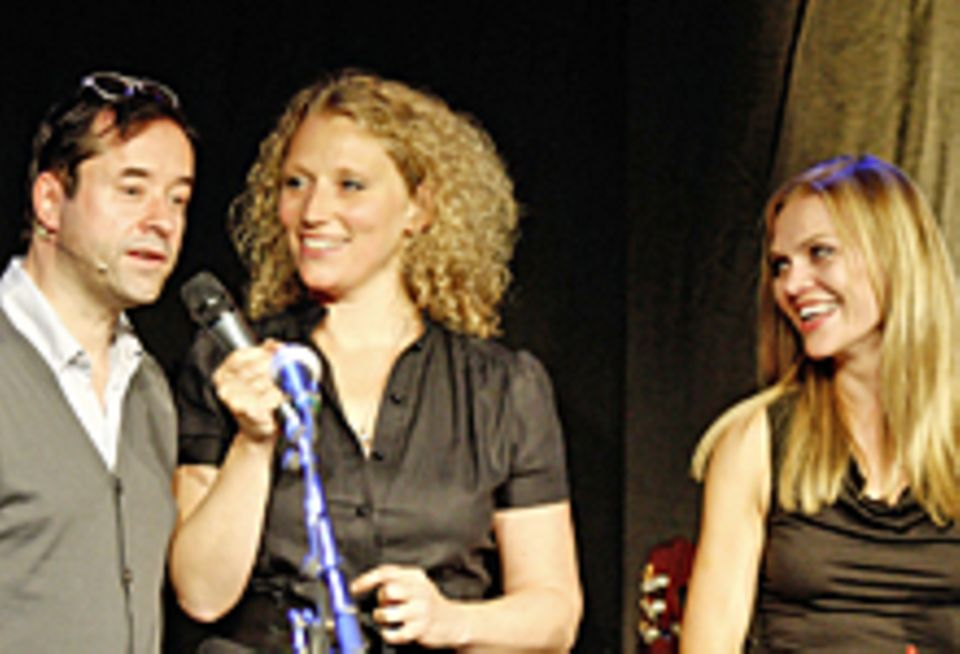 NDR-Moderatorin Julia Westlake interviewt Jan Josef Liefers, seine Ehefrau Anna Loos freut sich